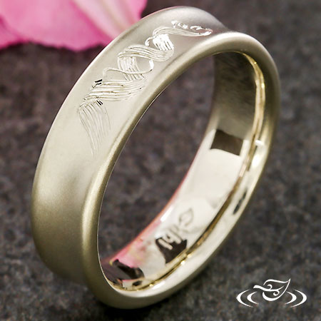 CONCAVE RIBBON ENGRAVED BAND